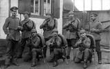 Soldaten mit Gewehr im Anschlag, links Ludwig Schmitt