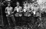 Soldaten mit Bierkrügen