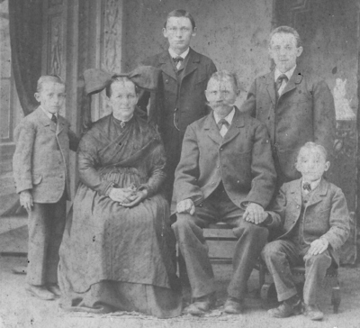 Martin und Anna Maria Glenz mit ihren vier Söhnen