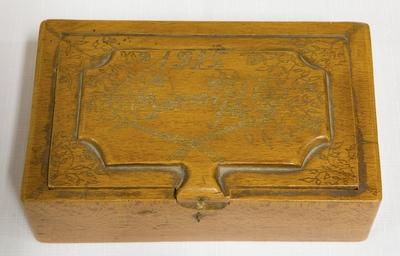 Ozdobná drevená truhlica, vyrobená v zajateckom tábore