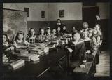 Klasfoto van leerlingen van de Sint-Lutgardisschool in de winter van 1917