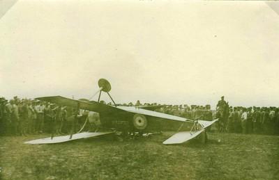 Abgschossenes engl.Flugzeug, Mazny b.Douai, 5.5.17.jpg