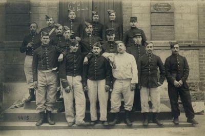 Photographie de groupe avec Alexandre TISSIER (sur les marches au milieu avec la moustache)