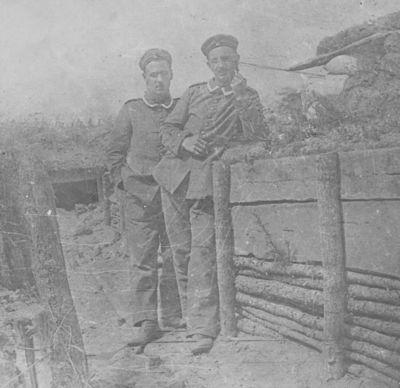 Max Klawitter mit einem Kameraden vor dem Unterstand