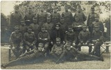 Foto van groep poserend soldaten te Klaaswaal, Zuid-Holland in 1918