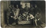Foto van poserende soldaten met zelfgemaakte voorwerpen