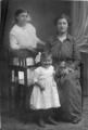 Familienbild mit Mädchen mit einer Soldatenpuppe