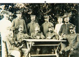 Franz Bever mit Kameraden am Tisch Karten spielend