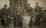 Foto von Johann Fitsch mit Gruppe Soldaten