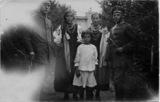 Ludwig Katterbach mit jungen, geschmückten Ukrainerinnen und einem Kriegskameraden