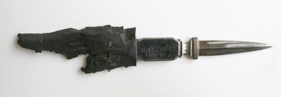Aus einem Granatsplitter gefertigtes Messer