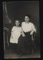 Soldatenfrau mit Tochter