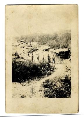 """Označen z x je moj oče, njegovo """"stanovanje"""" na bojišču je označeno s puščico."""
