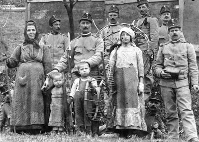 Vojaki in Marija s Franckom in Stankotom 1913