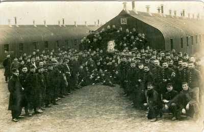 Belgische krijgsgevangenen in kamp Munsterlager met portret van koning Albert I
