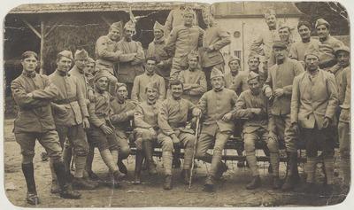 01-Photographie d'un groupe de soldats parmi lesquels Paul  Brossard (2ème à gauche)
